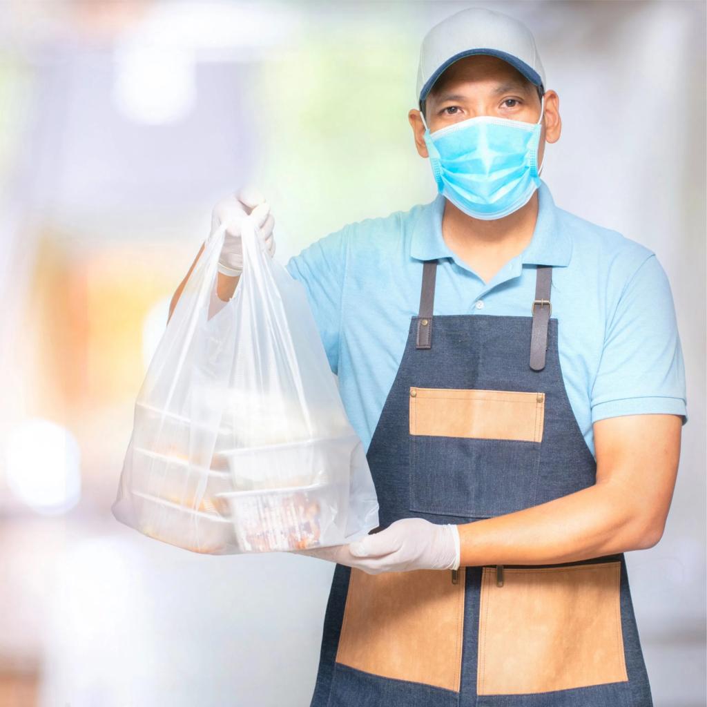Une personne portant un masque avec, en main, un sac de livraison de nourriture