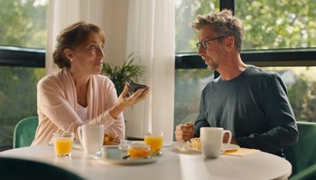 Actrice assise à une table et parlant à un acteur