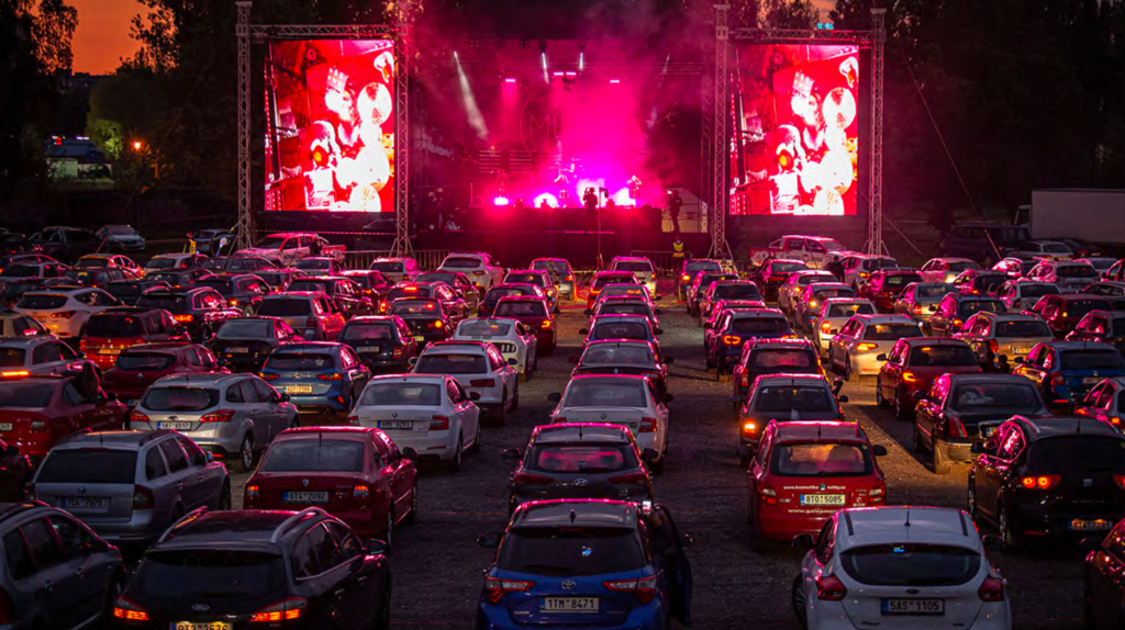 Voitures stationnées lors d'un important concert rock.